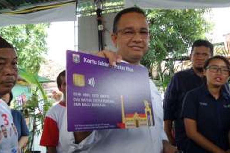 Calon gubernur DKI Jakarta Anies Baswedan memamerkan replika KJP Plus versinya saat berkunjungn ke RW 12 Kelurahan Tanah Tinggi, Kecamatan Johar Baru, Jakarta Pusat, Sabtu (12/11/2016).