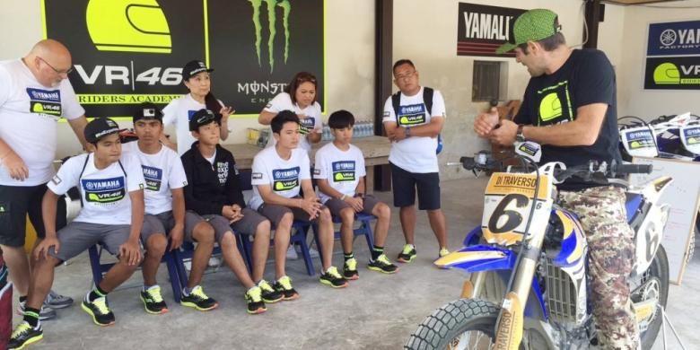 Pebalap Indonesia, Galang Hendra Pratama, dan peserta Master Camp mendengarkan arahan Marco Belli dari tim VR46 Riders Academy sebelum berlatih flat-track di Tavullia, Italia, Kamis (15/9/2016).