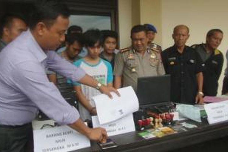 Polisi mengamankan tiga pria yang palsukan dokumen negara untuk mengajukan kredit mobil.