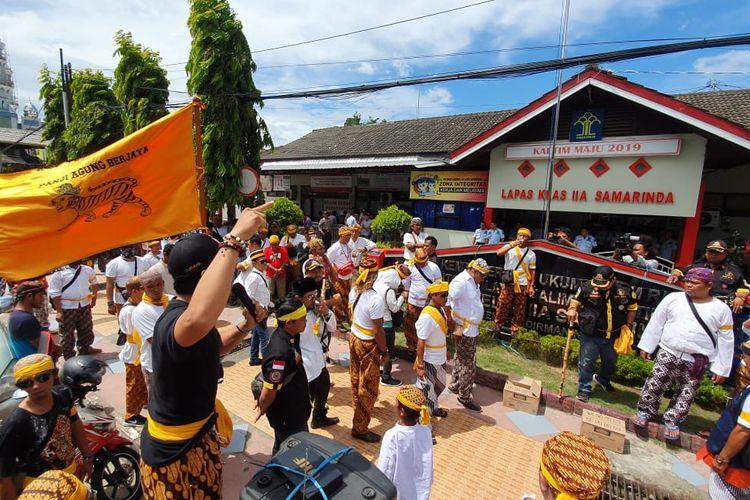 Ormas Remaong Koetai Berjaya (RKB) Kesultanan Kutai Kertanegara Ing Martadipura menggelar aksi depan Lapas Klas IIA Samarinda, Jalan Jendral Sudirman, Jumat (21/2/2020).