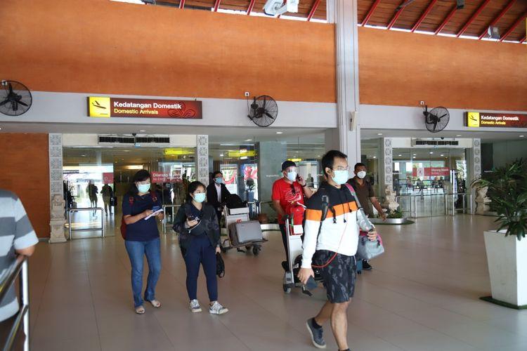 Penumpang keluar dari pintu kedatangan domestik Bandara I Gusti Ngurah Rai