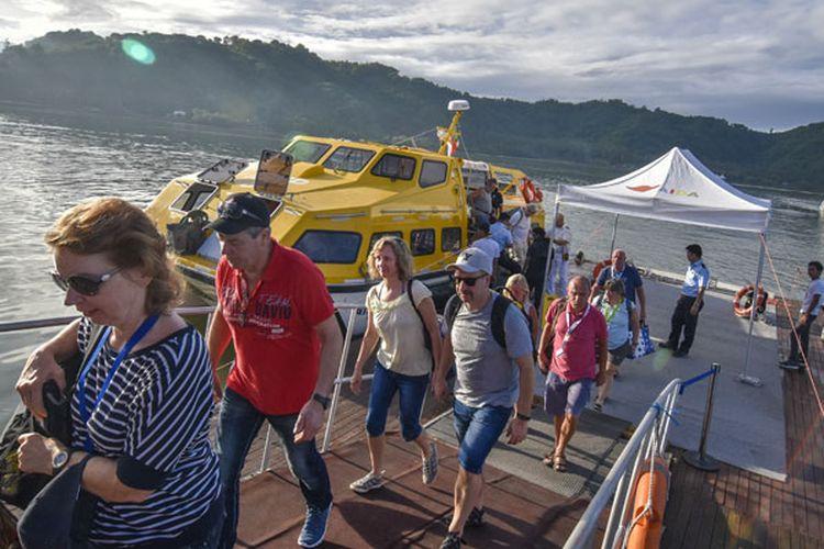 Wisatawan kapal pesiar Aida Vita Cruise tiba di Pelabuhan Lembar, Lombok Barat, NTB, Minggu (3/2/2019). Sebanyak 1170 wisatawan asing asal Jerman melakukan kunjungan wisata ke sejumlah lokasi di Lombok seperti Gili Trawangan, Mandalika, Taman Mayura dan Sekotong sebelum melanjutkan perjalanan ke Pulau Komodo.