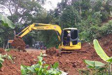 Alat Berat Keruk Tanah Longsor yang Tutupi Jalur Ciamis-Cirebon