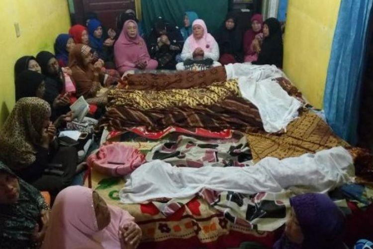 Jenazah satu keluarga yang dibunuh rencananya akan dimakamkan hari ini, Senin (10/4/2017). Puluhan kerabat tampak menangis sembari memanjatkan doa di hadapan masing-masing jenazah.