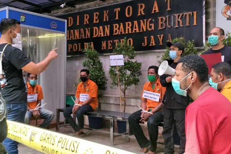 Polda Metro Jaya menggelar rekonstruksi kasus penyerangan kelompok John Kei terhadap kelompok Nus Kei di Polda Metro Jaya, Jakarta Selatan, Rabu (24/6/2020).