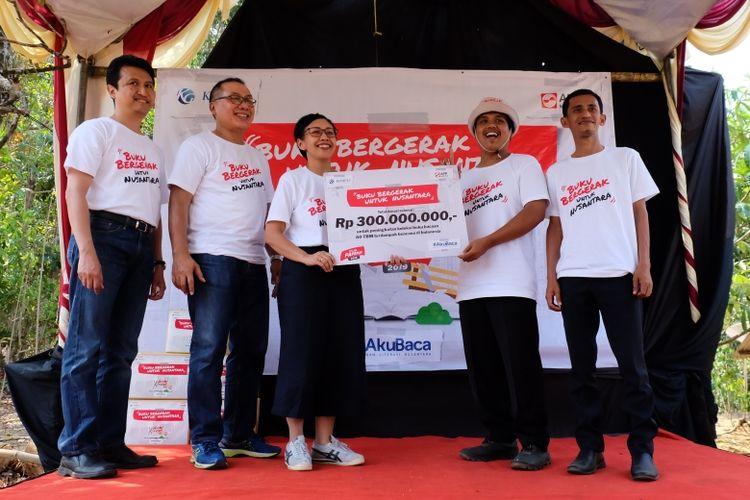 Pemberian donasi senilai Rp 300 juta hasil pendaftaran dan sumbangan peserta PapeRun 2019 kepada TBM Saung Huma