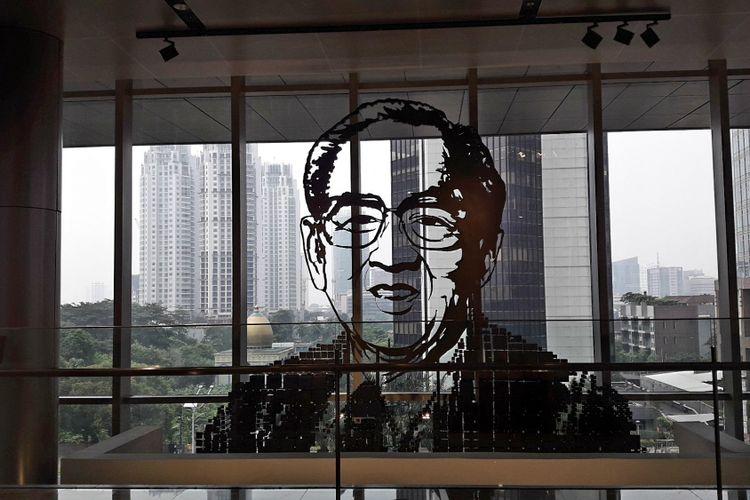 Seni instalasi yang menampilkan sosok pendiri PT Astra International Tbk William Soeryadjaya, di Galeri Astra, Menara Astra, Jakarta.