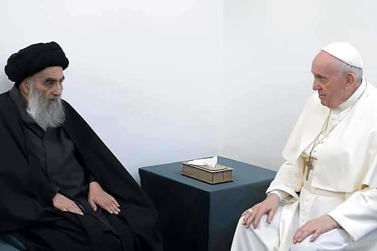 Pertemuan antara Paus Fransiskus (kanan), dan pemimpin Muslim Syiah Ayatollah Ali al-Sistani (kiri) di Najaf, Irak, Sabtu (6/3/2021)