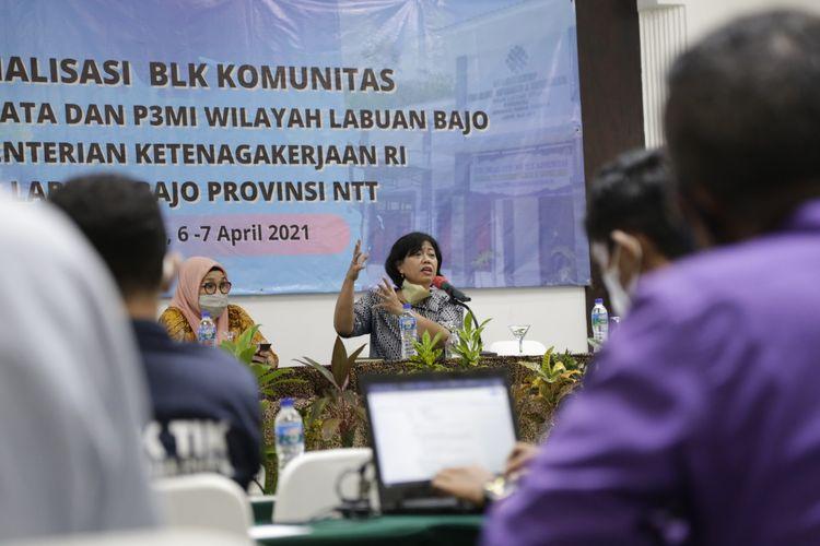 Staf Khusus (Stafsus) Menteri Ketenagakerjaan (Menaker) Dita Indah Sari (kanan) dan pakar pekerja migran Indonesia (PMI) Reyna Usman (kiri) dalam acara Sosialisasi Balai Latihan Kerja (BLK) Komunitas Bidang Wisata dan Perusahaan Penempatan Pekerja Migran Indonesia (P3MI) Wilayah Labuan Bajo, Manggarai Barat, Nusa Tenggara Timur (NTT), Selasa (6/4/2021).