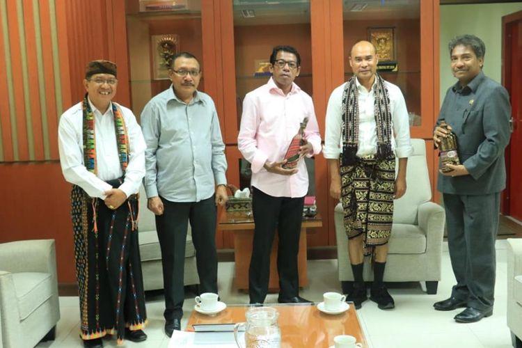 Gubernur NTT Viktor Bungtilu Laiskodat saat menerima kunjungan Anggota DPRD Maluku di ruang kerjanya, Selasa (30/7/2019)