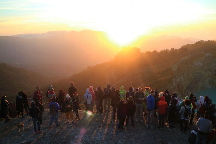 Ratusan wisatawan ketika melihat matahari terbit di Kelimutu, NTT.