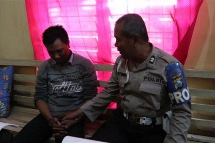 Takmir Mushalla Imam Syafi'i Desa Kayen, Kabupaten Jombang, Budi Al Ashad, menyampaikan kronologi pencurian kepada Kapolsek Diwek, AKP Bambang Setyo Budi, Jum'at (28/6/2019) lalu. Pencurian mikrofon di Mushalla Imam Syafi'i, terekam CCTV dan videonya sempat viral di kalangan warganet.