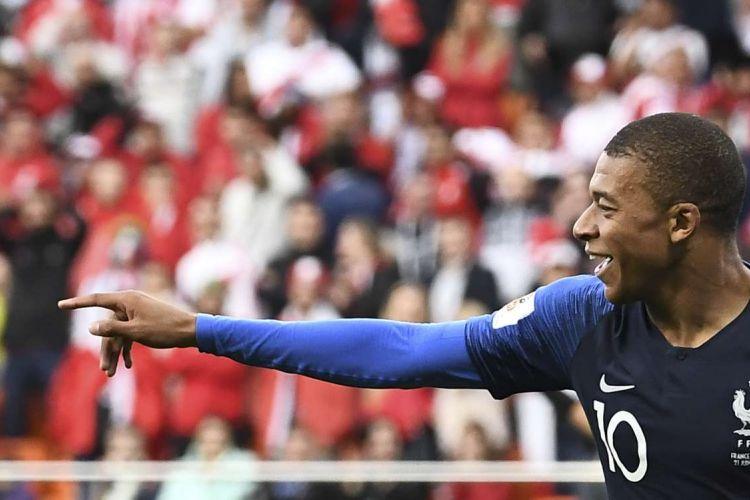 Pemain Perancis Kylian Mbappe melakukan selebrasi seusai mencetak gol ke gawang Peru dalam laga penyisihan Grup C Piala Dunia 2018 di Ekaterinburg Arena, Ekaterinburg, Kamis (21/6/2018). Gol ini membuat Mbappe menorehkan sejarah sebagai pemain termuda yang pernah mencetak gol bagi Perancis dalam sebuah turnamen major.