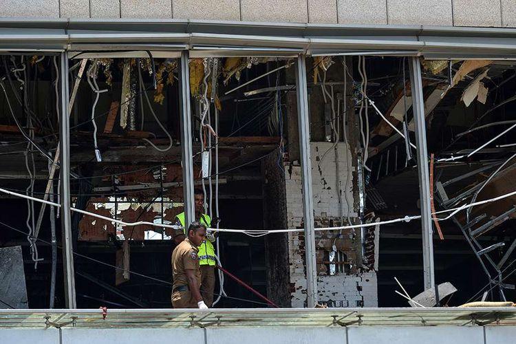 Personel polisi berada di lokasi ledakan di sebuah area di Shangri-La Hotel, Kolombo, Sri Lanka, Minggu (21/4/2019). Setidaknya 137 orang tewas dan lebih dari 200 orang lainnya terluka akibat ledakan bom di tiga gereja dan tiga hotel di Sri Lanka saat umat Kristen merayakan Paskah.