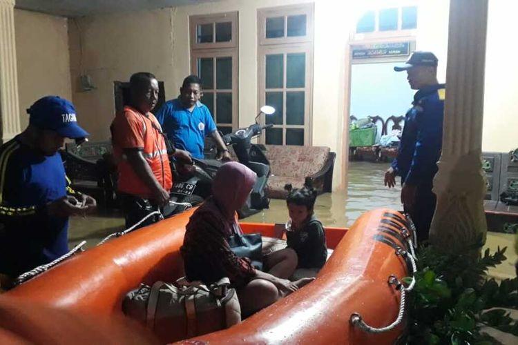 Petugas BPBD Pamekasan saat mengevakuasi warga dan bayi di Kelurahan Patemon Kecamatan Kota Pamekasan karena terdampak banjir dengan ketinggian hingga 1,2 meter lebih.