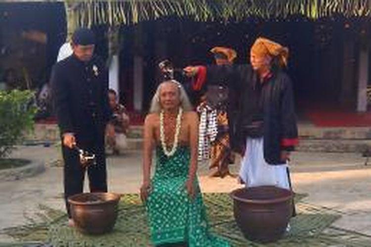Prosesi siraman dalam pernikahan Bagus Kodok Ibnu Sukodok (63) dengan Peri Roro Setyowati, makhluk halus, di Ngawi, Jawa Timur, Rabu (8/10/2014).