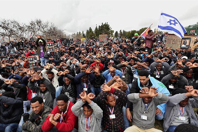 Ratusan migran Afrika pencari suaka, kebanyakan asal Eritria saat melakukan protes terhadap kebijakan deportasi yang diterapkan pemerintah Israel pada Januari 2017 lalu.