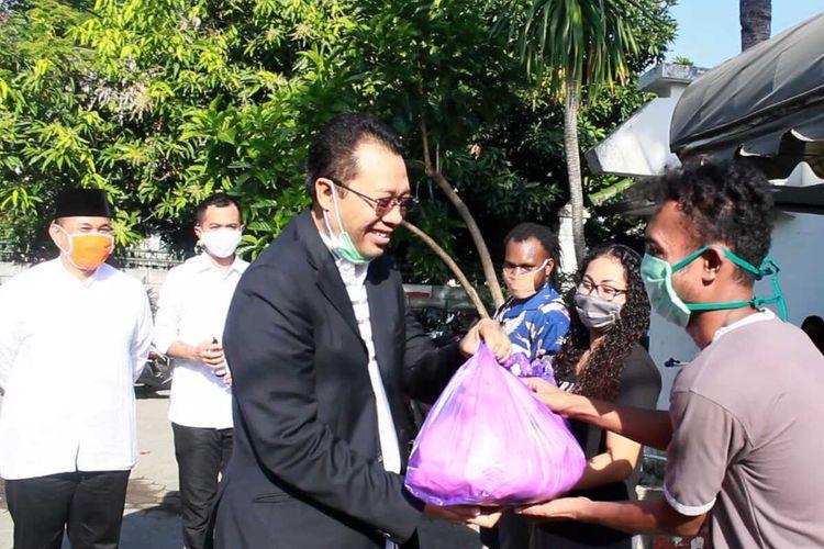 Gubernur NTB Zulkieflimansyah memberikan bantuan paket sembako untuk mahasiswa asal NTT dan Papua yang bertahan di NTB selama pandemi Covid-19.