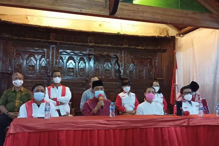 Pasangan calon nomor urut satu Muhamad - Rahayu Saraswati Djojohadikusumo di Posko Kemenangan Muhamad-Sara, Serpong Tangerang Selatan, Kamis (10/12/2020)