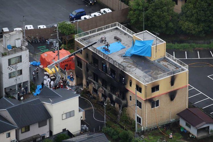 Pemandangan dari atas menunjukkan petugas pemadam kebakaran dan tim penolong berada di gedung studio Kyoto Animation Co yang terbakar di Kyoto, Jepang, Kamis (18/7/2019). Lebih dari 20 orang tewas dalam kebakaran yang disengaja itu.