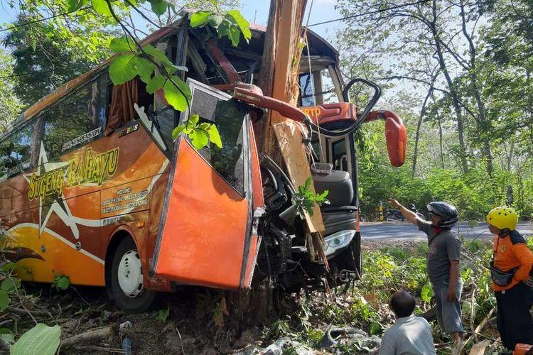 Diduga sopir mengantuk saat melewati tikungan tajam, – Bus Sumber Selamat No Pol  W 7566 UN menghantam pohon dan masuk ke parit di Ngawi.
