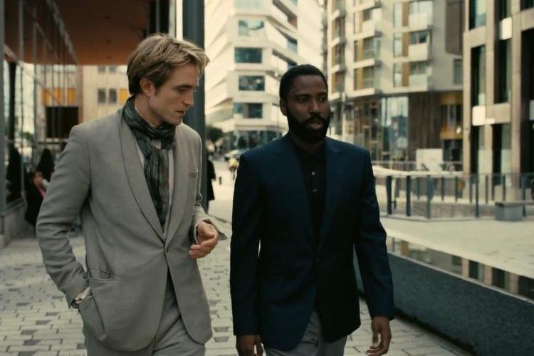 Aktor Robert Pattinson (kiri) dan John David Washington dalam film Tenet.