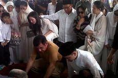 Di Depan Liang Lahad, Ical Tenangkan Nia Ramadhani