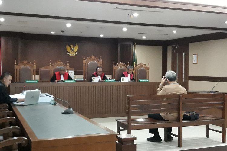 Mantan anggota DPRD Sumatera Utara, Ferry Suando Tanuray Kaban dituntut 5 tahun penjara oleh jaksa Komisi Pemberantasan Korupsi (KPK). Ferry juga dituntut membayar denda Rp 300 juta subsider 3 bulan kurungan.
