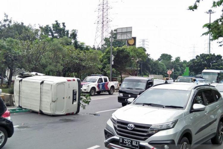 Sebuah minibus bermuatan kabel optik terguling usai menabrak pembatas jalan di Jalan DI Panjaitan, Cawang, Jakarta Timur, Senin (1/6/2020) siang.