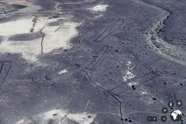 Sebagian struktur batu berbentuk mirip gerbang di Arab Saudi saat diamati lewat Google Earth.