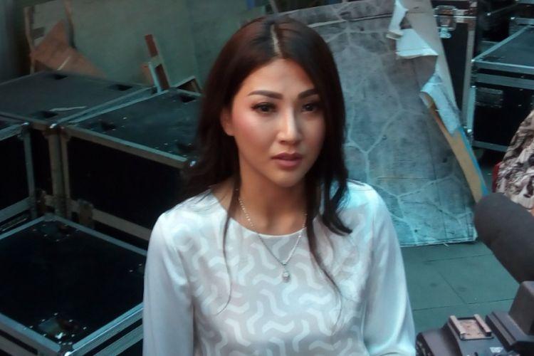 Sarwendah diabadikan di studio TransTV, Mampang, Jakarta Selatan, Senin (12/6/2017).