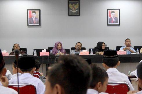 Di Gedung DPR Aceh, Foto Presiden dan Wakilnya Dicetak dari Bahan Spanduk