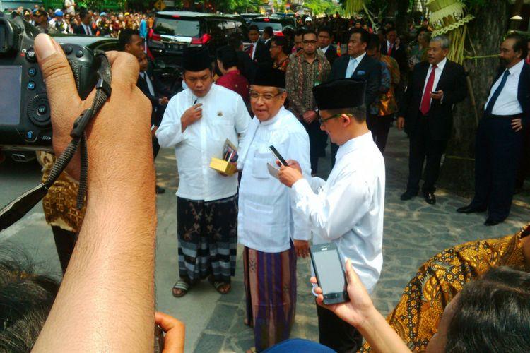 Ketua Umum Pengurus Besar Nahdlatul Ulama, KH Said Aqil Siroj dalam pernikahan Kahiyang-Bobby di Graha Saba Buana Solo, Rabu (8/11/2017).