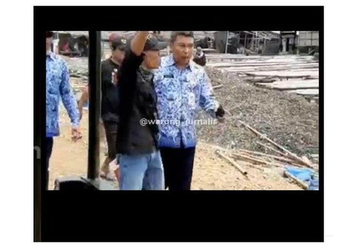 Rekaman video Satpol PP diusir ormas saat hendak menertibkan bangunan, viral di media sosial.