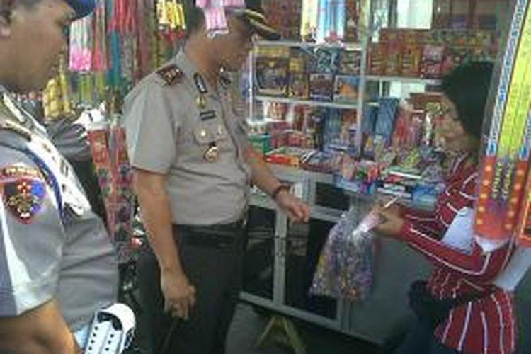 Aparat Polres Kediri Kota, Jawa Timur, saat melakukan pengecekan petasan pada sentra perdagangan petasan di Jalan HOS Cokroaminoto, Rabu (17/7/2013).