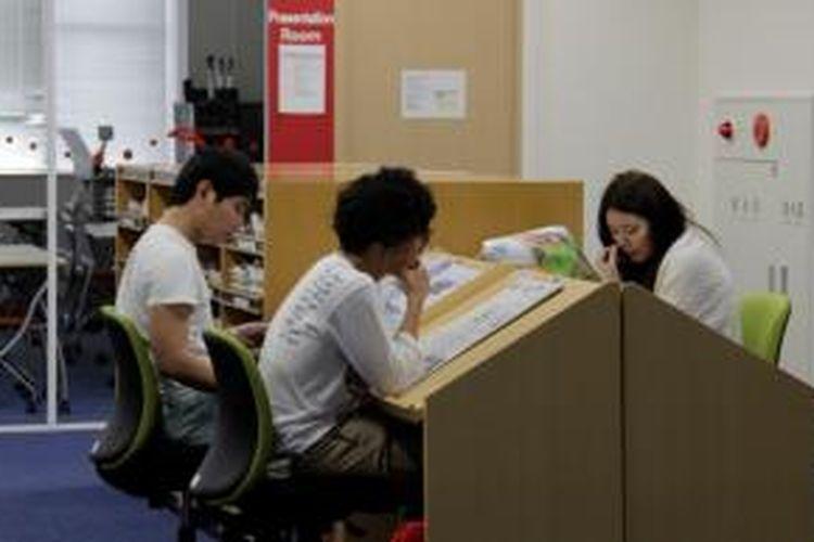 Para mahasiswa Ritsumeikan Asia Pacific University (APU), di Kampus Ritsumeikan APU, Beppu, Jepang.