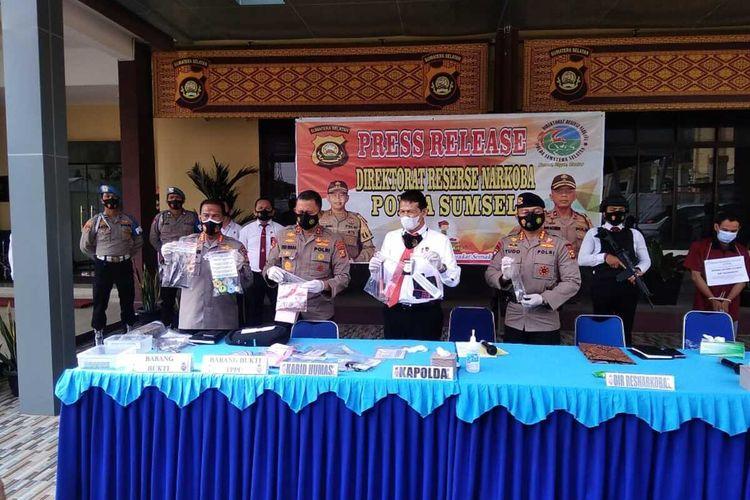 Konferensi pers kasus penggerebekan tempat pembuatan ekstasi di Palembang, Sumatera Selatan.