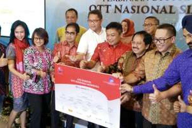 Menkominfo Rudiantara (berbaju putih) bersama dengan para petinggi penyelenggara telekomunikasi seluler Indonesia (Telkom, Telkomsel, Indosat, Tri, XL Axiata, dan Smartfren) saat mengumumkan dukungan kepada tiga OTT lokal di Jakarta, Kamis (17/3/2016).