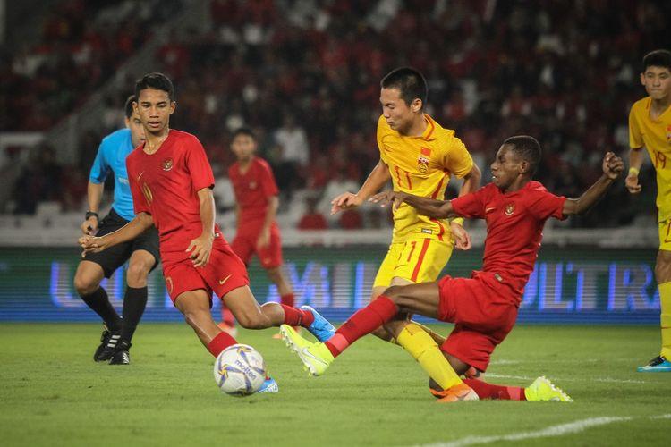 Marseillino Ferdinand dan Alexandro Felix Kamuru menjalani duel pada laga Timnas U-16 Indonesia vs China berlangsung di Stadion Utama Gelora Bung Karno dalam kualifikasi Piala Asia U-16 2020, 22 September 2019.