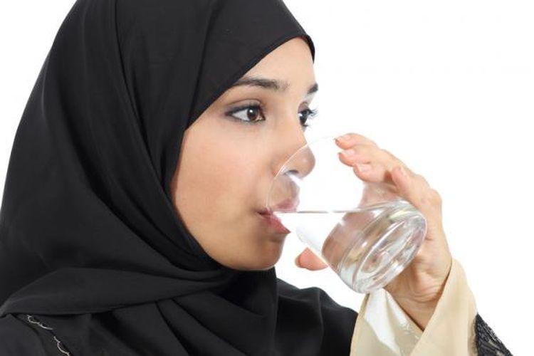 Ilustrasi konsumsi air putih selama puasa Ramadhan