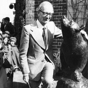 Christopher Robin Milne pada peresmian patung untuk menghormati ayahnya di Kebun Binatang London pada 1981. (Getty Images via Country Living).