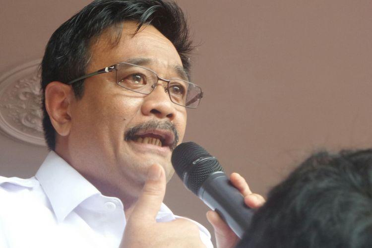 Plt Gubernur DKI Jakarta Djarot Saiful Hidayat menangis di hadapan para pendukungnya di Balai Kota DKI, Rabu (10/5/2017).