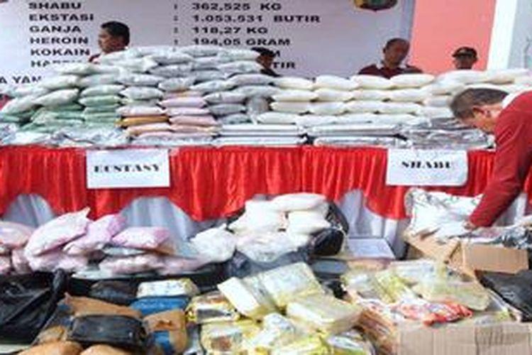 Ilustrasi. Polisi memperlihatkan aneka jenis narkoba yang hendak dimusnahkan di Kawasan Bandara Soekarno-Hatta, Tangerang, Banten, Kamis (5/7/2012). Berbagai jenis narkotika senilai Rp 1,1 triliun tersebut merupakan hasil penangkapan yang dilakukan oleh Dit Resnarkoba Polda Metro Jaya periode Mei-Juni 2012. Selain dari jaringan dalam negeri, barang haram tersebut juga berasal dari jaringan internasional.
