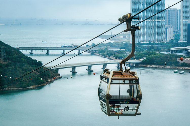 Ilustrasi Hong Kong - Tram di Lantau Island.