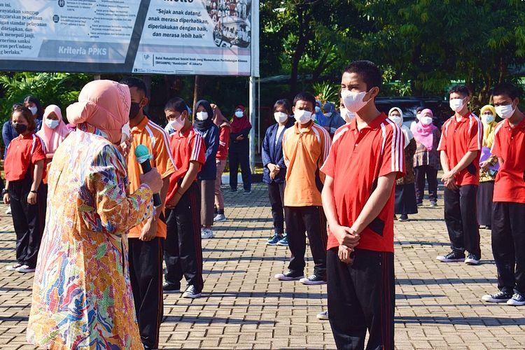 Menteri Sosial Tri Rismaharini menyapa dan memotivasi anak-anak yang memperoleh rehabilitasi di Balai Handayani Jakarta, Jumat (10/9/2021).