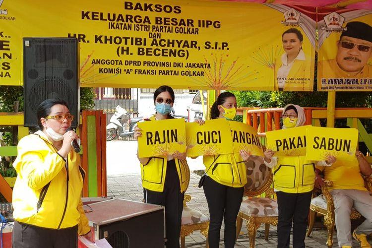 Ketum Ikatan Istri Partai Golkar Yanti K Isfandiary saat menyosialisasikan tatanan kehidupan baru (new normal) dan pola hidup sehat kepada masyarakat di kawasan Cengkareng, Jakarta Barat, Sabtu (20/6/2020).