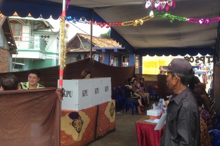 Pemungutan suara Pilkada DKI Jakarta putaran dua di TPS 08 kawasan Kampung Pulo, Kampung Melayu, Jakarta Timur, Rabu (19/04/2017).