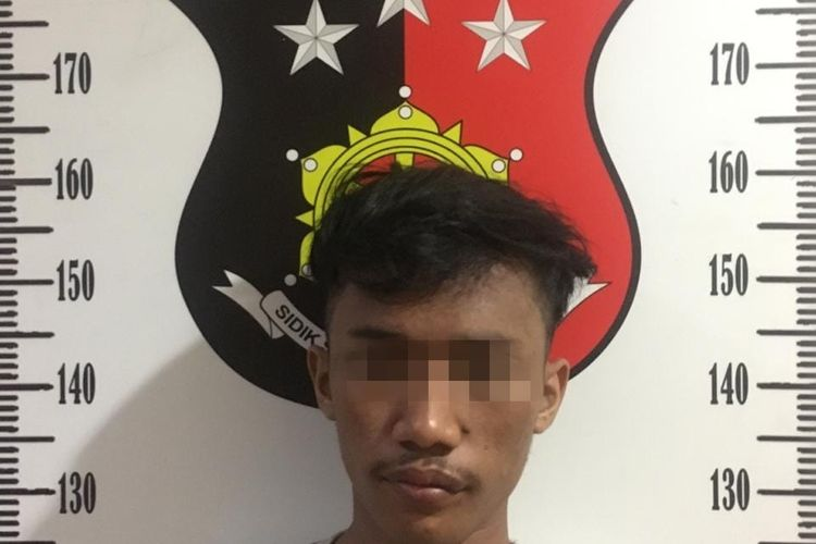 Tersangka UN (22) yang ditangkap oleh Polsek Tambora usai melancarkan aksi penjambretan di Gedong Panjang, Kamis (12/11/2020)