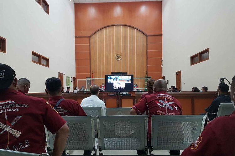 Suasana sidang perkara  pembunuhan berencana dan pengeroyokan yang menjeratJohn Keidan kawan-kawan yang dilanjutkan di Pengadilan Negeri Jakarta Barat pada hari ini, Rabu (21/4/2021).