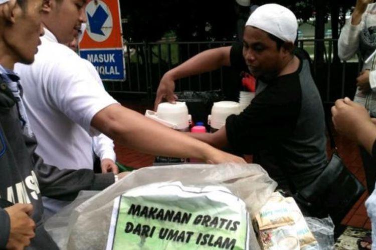 Mathari, pedagang kopi keliling yang dagangannya diborong oleh Peserta aksi 112 di sekitar Masjid Istiqlal, Jakarta, Sabtu (11/2/2017).